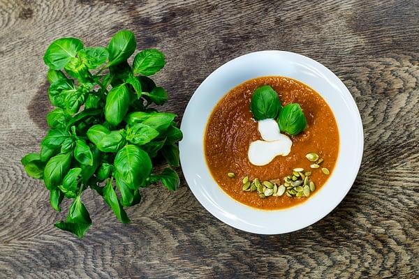 Aromatyczna zupa krem z pomidorów z bazylią i kolendrą
