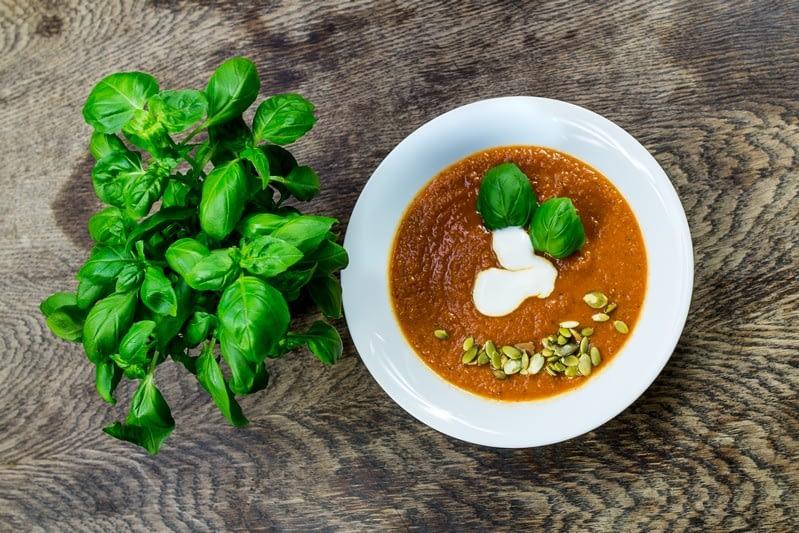 Aromatyczna zupa krem z pomidorów z bazylią i kolendrą przepis Magdalena Włodkowska dietetyk wrocław